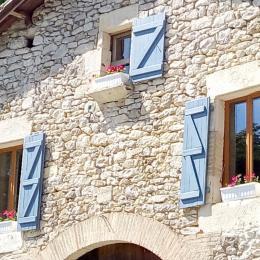La façade de la grange. Les fenêtres des chambres d'hôtes - Chambre d'hôtes - Lauzerte