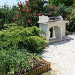 Barbecue côté terrasse - Location de vacances - Lafrançaise