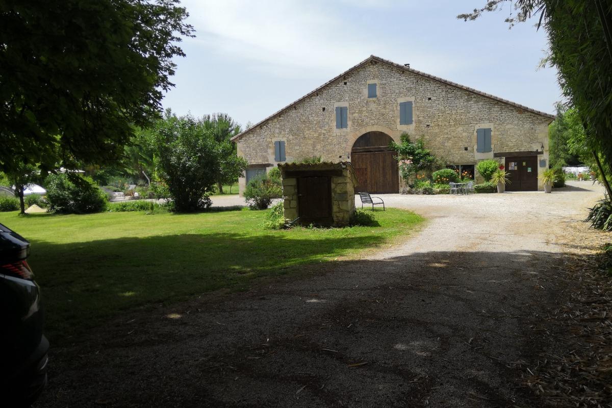 Son parc de 4 ha bordé d'une rivière, son jardin tropical, sa piscine couverte et chauffée - Location de vacances - Lauzerte