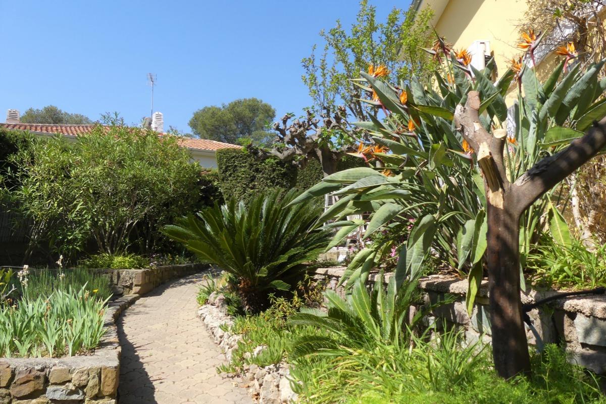 Le salon de jardin et le jardin attenant, privatif et clos, sans vis à vis - Location de vacances - Saint-Raphaël