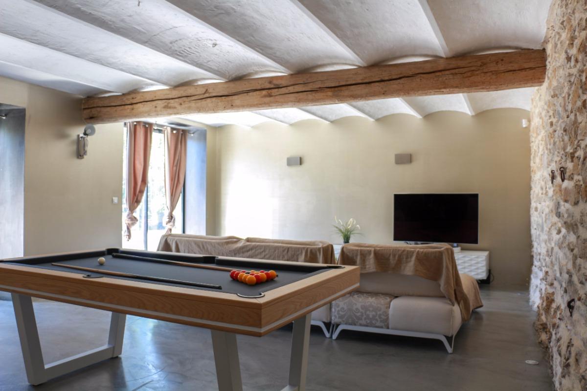 Bastide 8 personnes, piscine, jacuzzi, billard à Saint Cyr sur Mer, le salon et son billard - Location de vacances - Saint-Cyr-sur-Mer