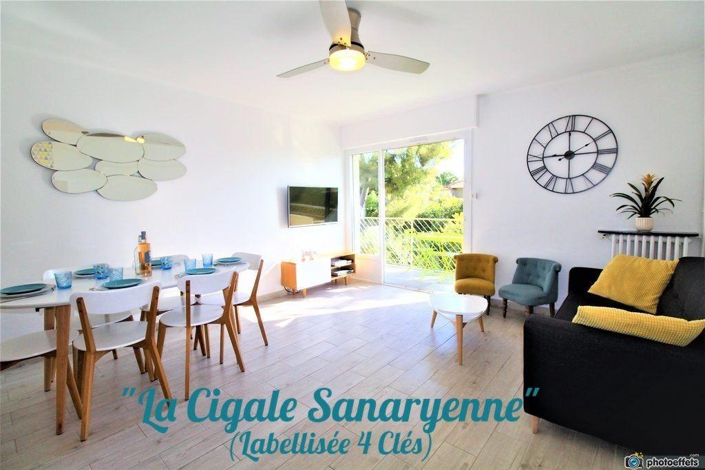 Le séjour lumineux et confortable. - Location de vacances - Sanary-sur-Mer