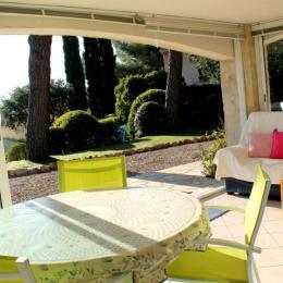 Espace séjour, vue terrasse, les Issambres - Location de vacances - Roquebrune-sur-Argens