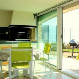 Cuisine, espace séjour, terrasse - Location de vacances - Roquebrune-sur-Argens