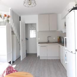 Terrasse équipée de table, 6 chaises, parasol, étendage, 2 fauteuils d'extérieur bas - Location de vacances - La Londe-les-Maures