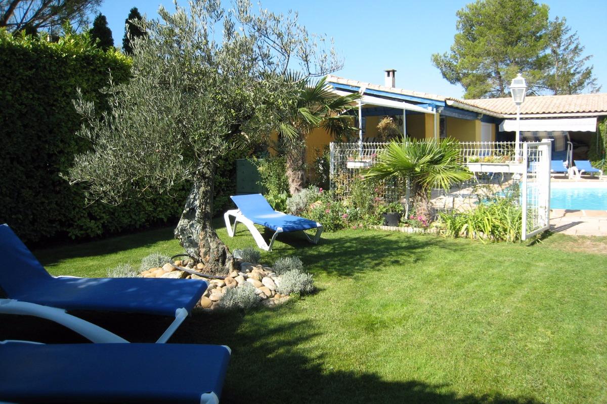 Jardin clôturé Privatif au logement garni de transats - Location de vacances - L'Isle-sur-la-Sorgue