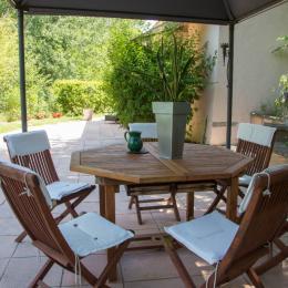 Coin repas sous la tonnelle, terrasse coté nord - Location de vacances - Carpentras