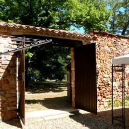 En sortant de la courette  - Location de vacances - Roussillon