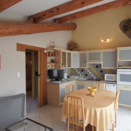 Cuisine intégrée  entièrement équipée - Location de vacances - L'Isle-sur-la-Sorgue