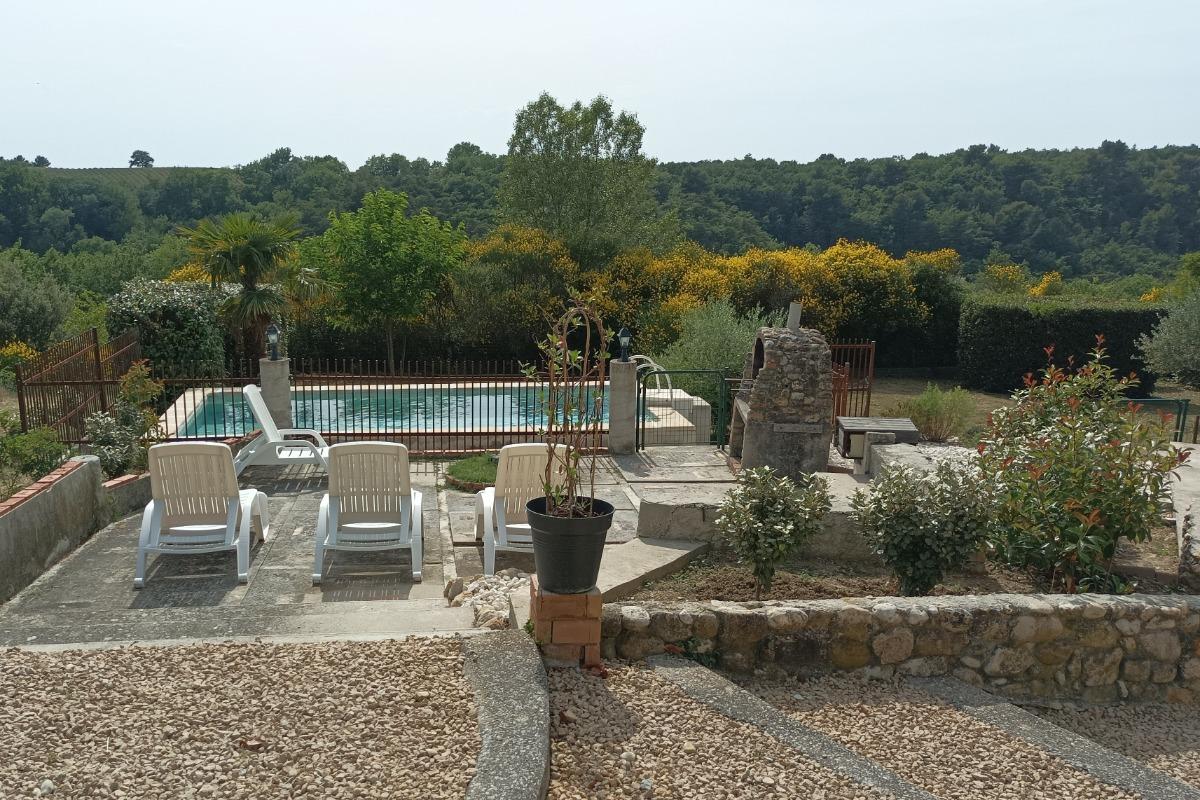 La piscine avec le gîte en arrière plan - Location de vacances - Valréas