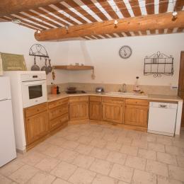 Une belle cuisine pour faire des bonnes salades de tomates  - Location de vacances - Malemort-du-Comtat