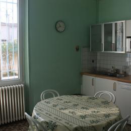 La cuisine/séjour. La fenêtre donne sur la terrasse. - Location de vacances - Sorgues