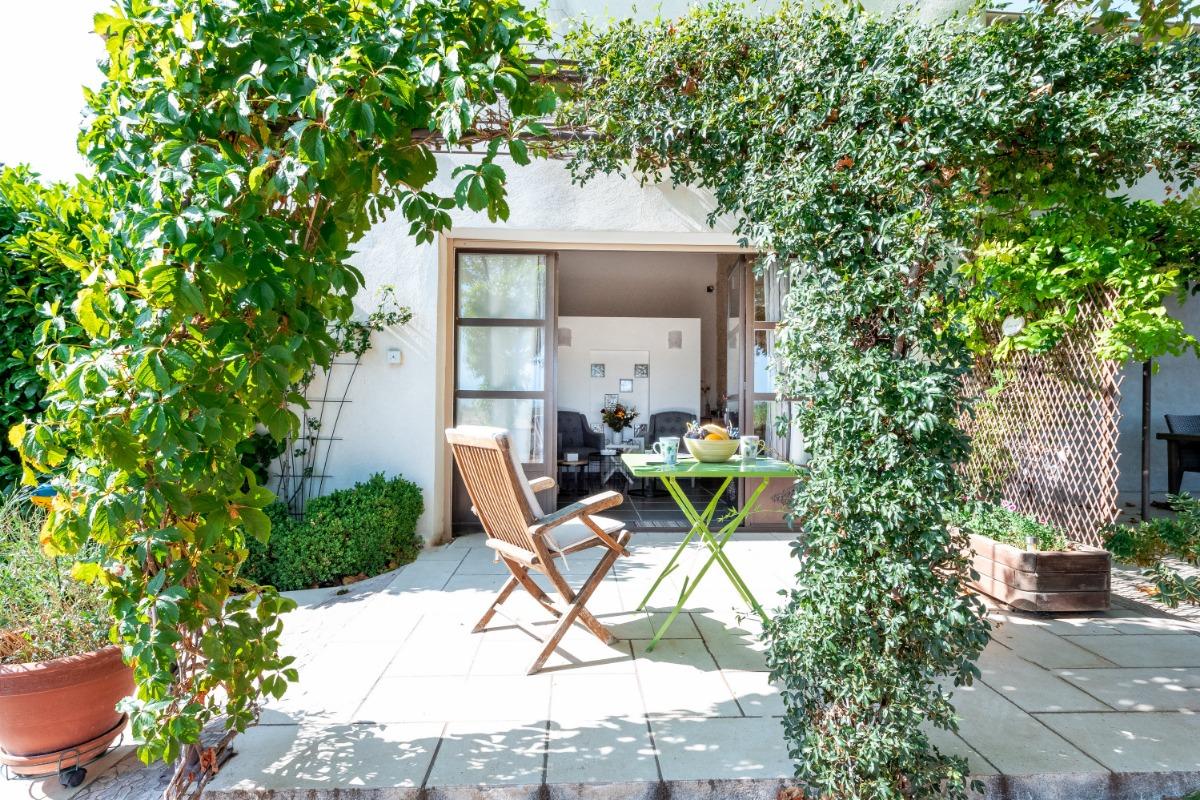Terrasse studio et vue intérieure  - Location de vacances - Violès