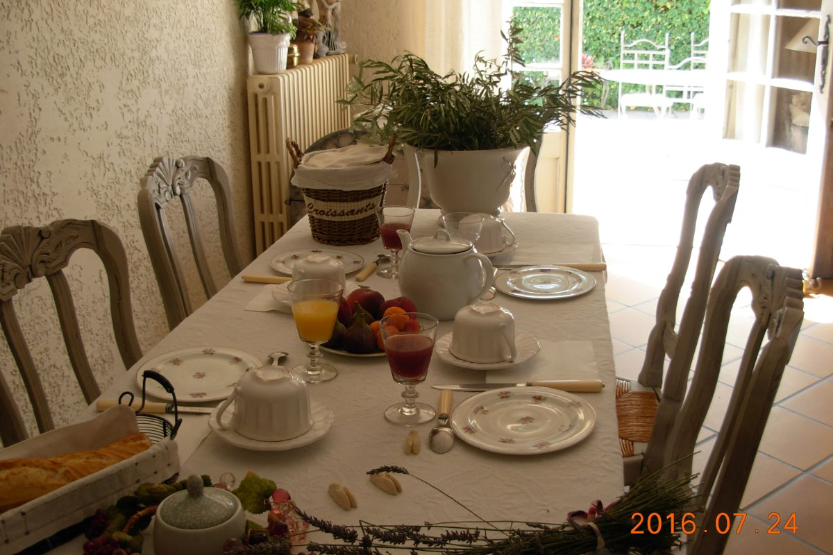 Chemin vers l'Oustaou - Chambre d'hôtes - Sarrians