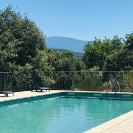 Terrasse et cour privative ombragées, équipées de mobilier de jardin et d'un barbecue - Location de vacances - Vaison-la-Romaine