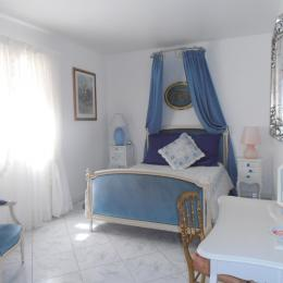 chambre bleue avec salle de bain baignoire balnéo et double spacieuse - Chambre d'hôte - Pertuis
