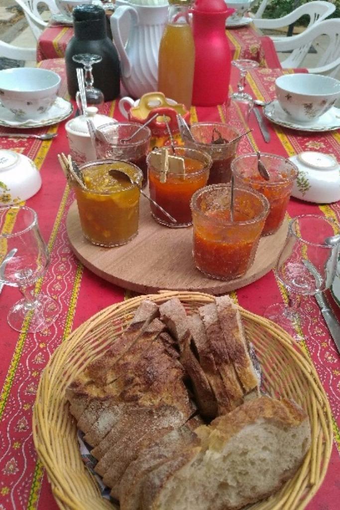 Petit déjeuner sucré, confitures maison de la Ferme  - Chambre d'hôtes - Châteauneuf-de-Gadagne