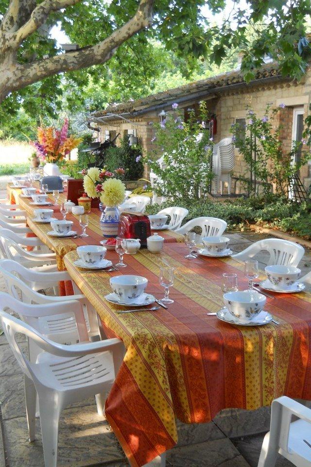 Petit déjeuner en extérieur, convivial... - Chambre d'hôtes - Châteauneuf-de-Gadagne