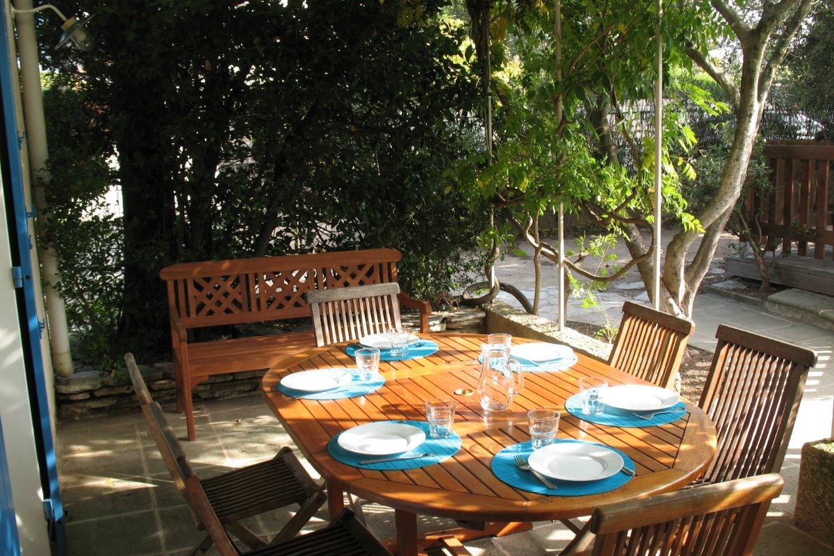 La terrasse et sa pergola, avec vue sur la piscine. Accès depuis le séjour et la cuisine. - Location de vacances - Vedène