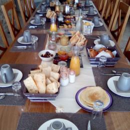 la table du petit déjeuner - Chambre d'hôtes - L'Isle-sur-la-Sorgue
