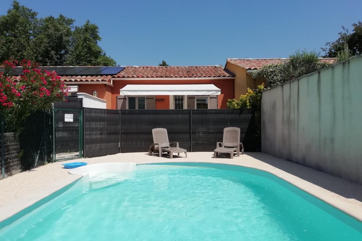 La piscine avec la terrasse du gîte - Location de vacances - Monteux