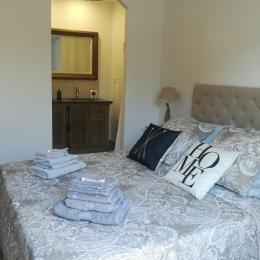 Chambre avec lit 160 cm et salle d'eau  - Location de vacances - Châteauneuf-de-Gadagne