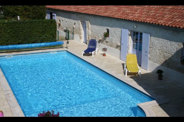 piscine avec façade salle de jeux - Location de vacances - Nalliers