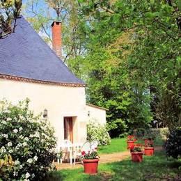 Façade et aire privative plein sud avec  barbecue et mobilier de jardin sur terrasse e dallée  - Location de vacances - Saint Denis la Chevasse