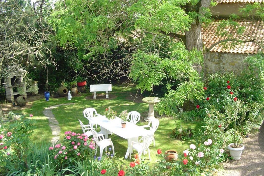 Salon de jardin et barbecue vue des chambres - Location de vacances - Sainte Hermine