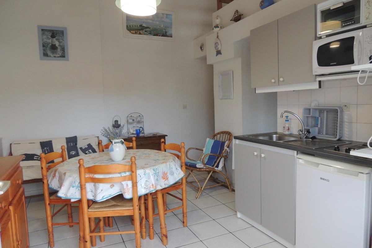 Séjour avec coin cuisine - Location de vacances - Saint Vincent sur Jard