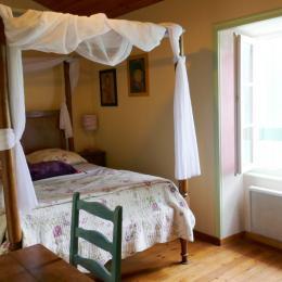 Chambre 1 à l'étage - Location de vacances - Maillezais