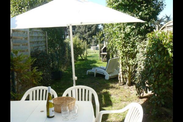 Sa terrasse plein sud, son salon de jardin et son barbecue  - Location de vacances - Noirmoutier en l'Île