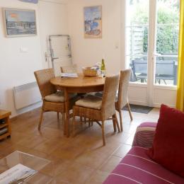 La salle de séjour, son espace repas et son canapé méridienne - Location de vacances - Noirmoutier en l'Île