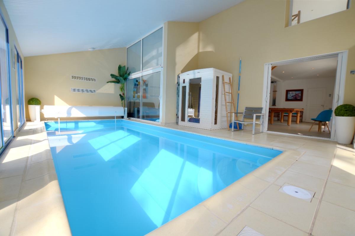 Villa avec piscine int rieure pour 12 personnes 30m de for Maison piscine interieure location