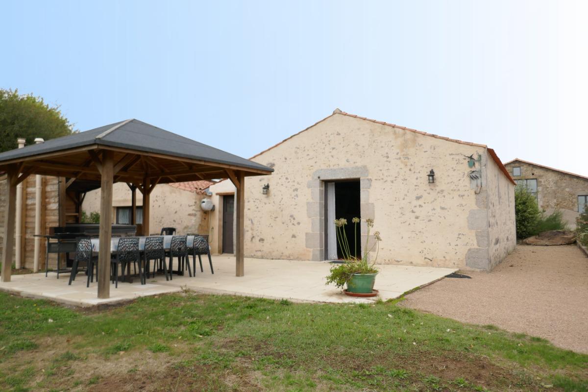 Les Hirondelles : terrasse avec salon de jardin - Location de vacances - Avrillé