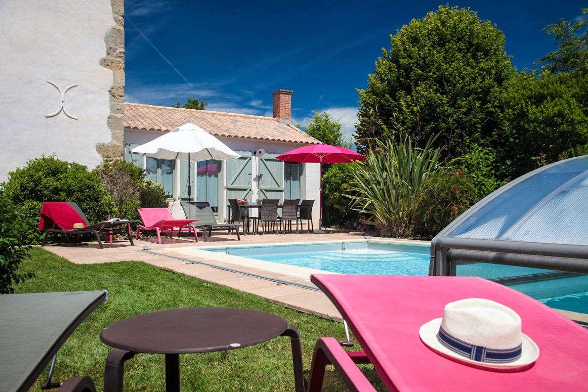 Vue du gîte terrasse salon de jardin et piscine couverte chauffée privative. - Location de vacances - Sallertaine