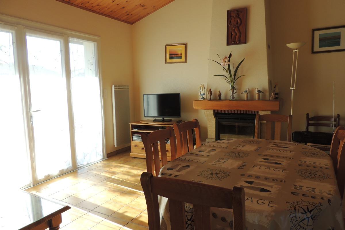 séjour avec cheminée-insert - Location de vacances - La Faute-sur-Mer