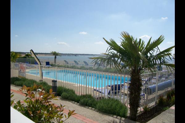 la piscine de la résidence  donnant sur l'océan  - Location de vacances - La Tranche sur Mer