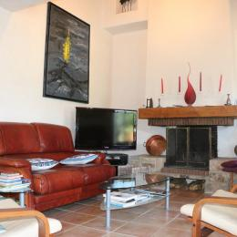 Espace salon avec ses deux canapés cuir. De l'espace pour huit. - Location de vacances - Noirmoutier en l'Île