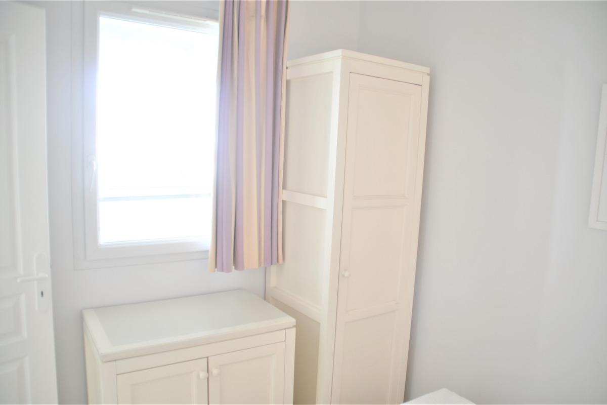 vue sur l' armoire de la chambre - Location de vacances - Château d'Olonne