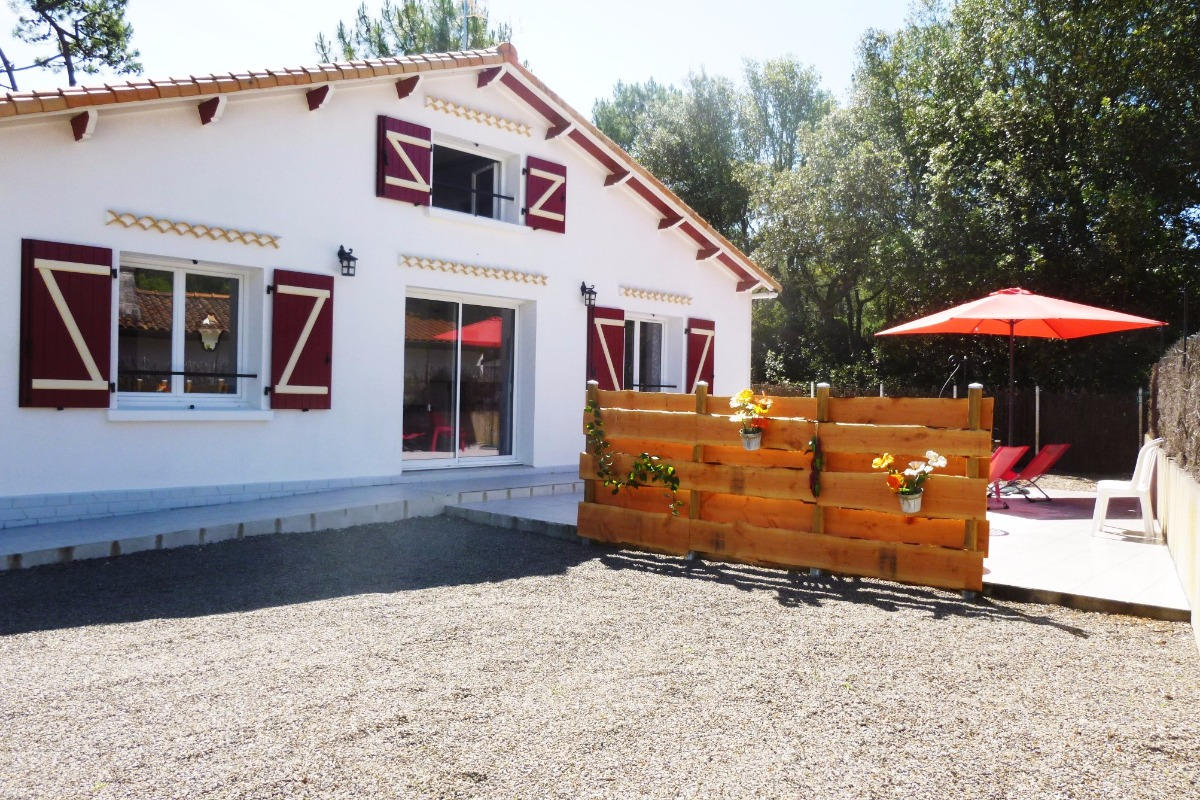 Façade villa et sa terrasse - Location de vacances - La Tranche sur Mer