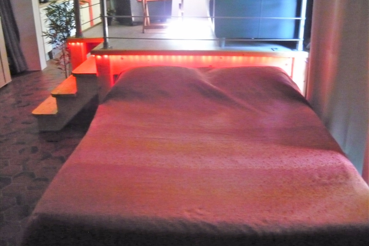 Chambre : le lit ouvert - Location de vacances - Saint Sigismond