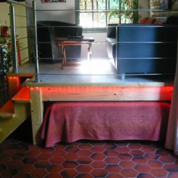 Le lit replié sous l'estrade - Location de vacances - Saint Sigismond