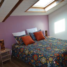 Chambre n°2 Lit 160 x 200 + lit 80 x 200. Télésivion. Coffre fort. - Location de vacances - Saint Georges de Pointindoux