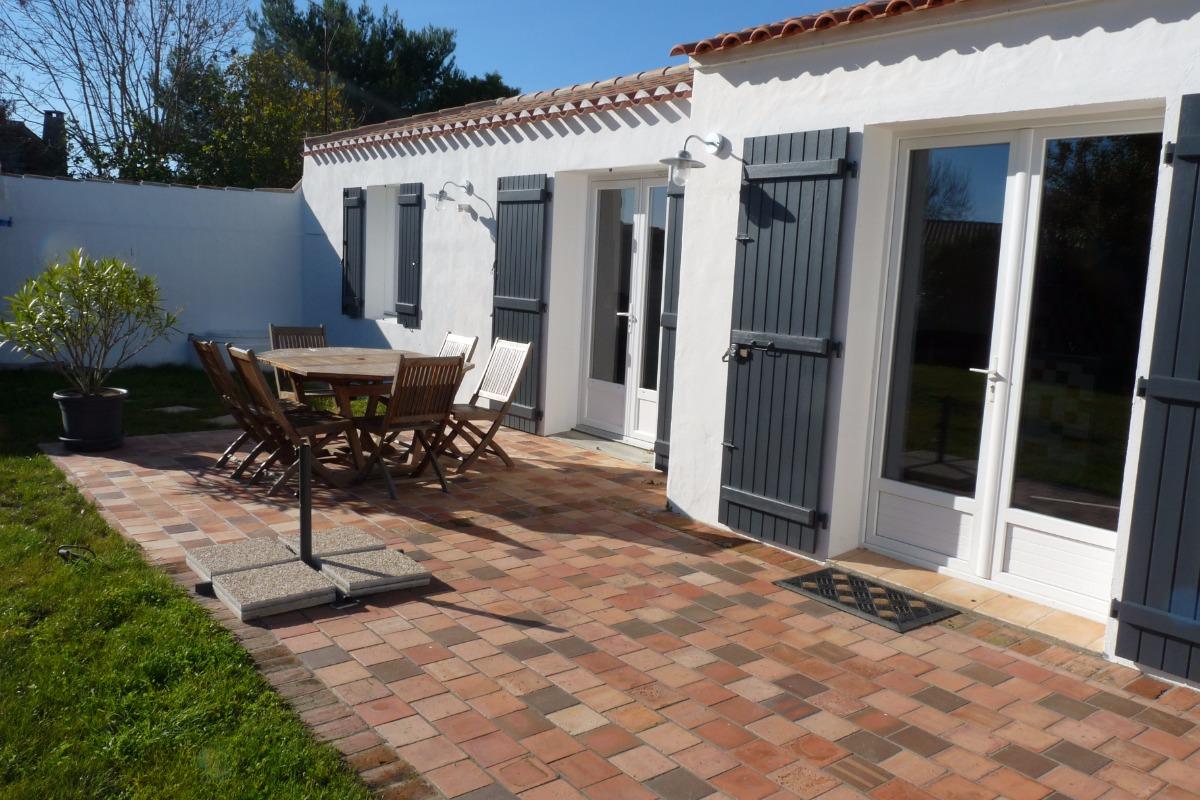 terrasse avec salon de jardin  - Location de vacances - Noirmoutier en l'Île