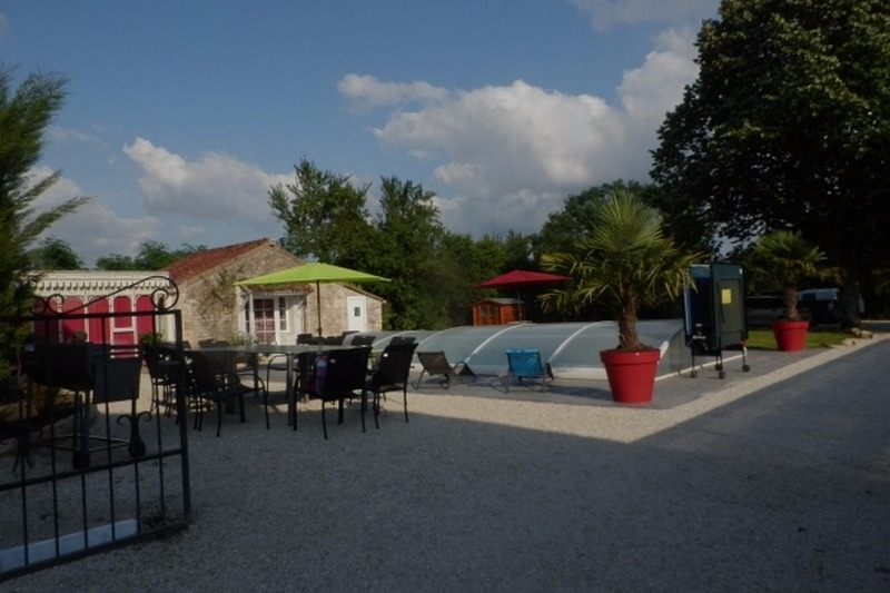 piscine et dépendance  - Location de vacances - Le Poiré sur Velluire