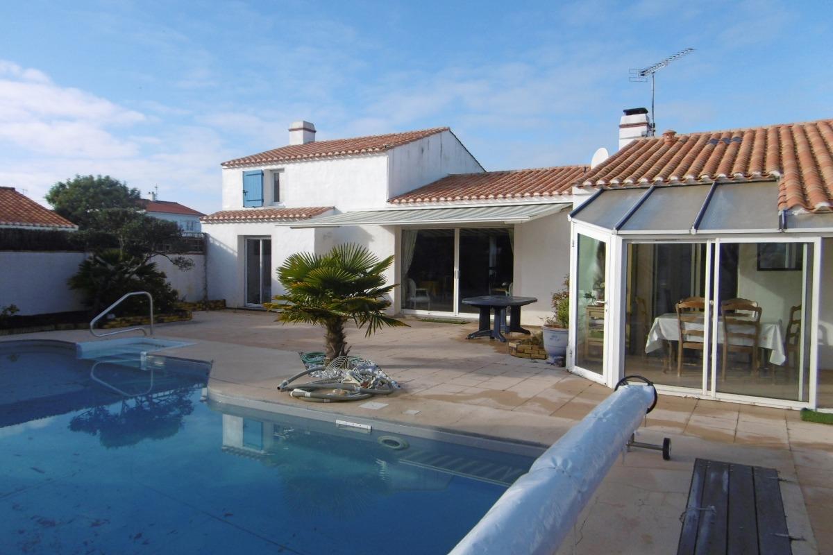 Maison de vacances avec piscine pr s port et plage de l for Vacances d ete a la montagne avec piscine