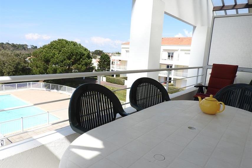 Balcon avec vue sur la piscine - Location de vacances - Château d'Olonne