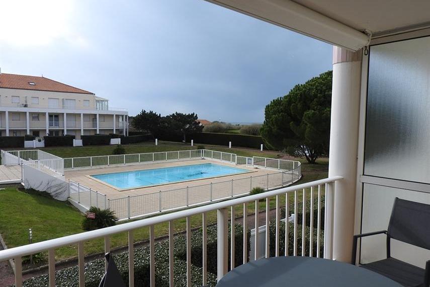 Vue sur la piscine de la résidence - Location de vacances - Château d'Olonne