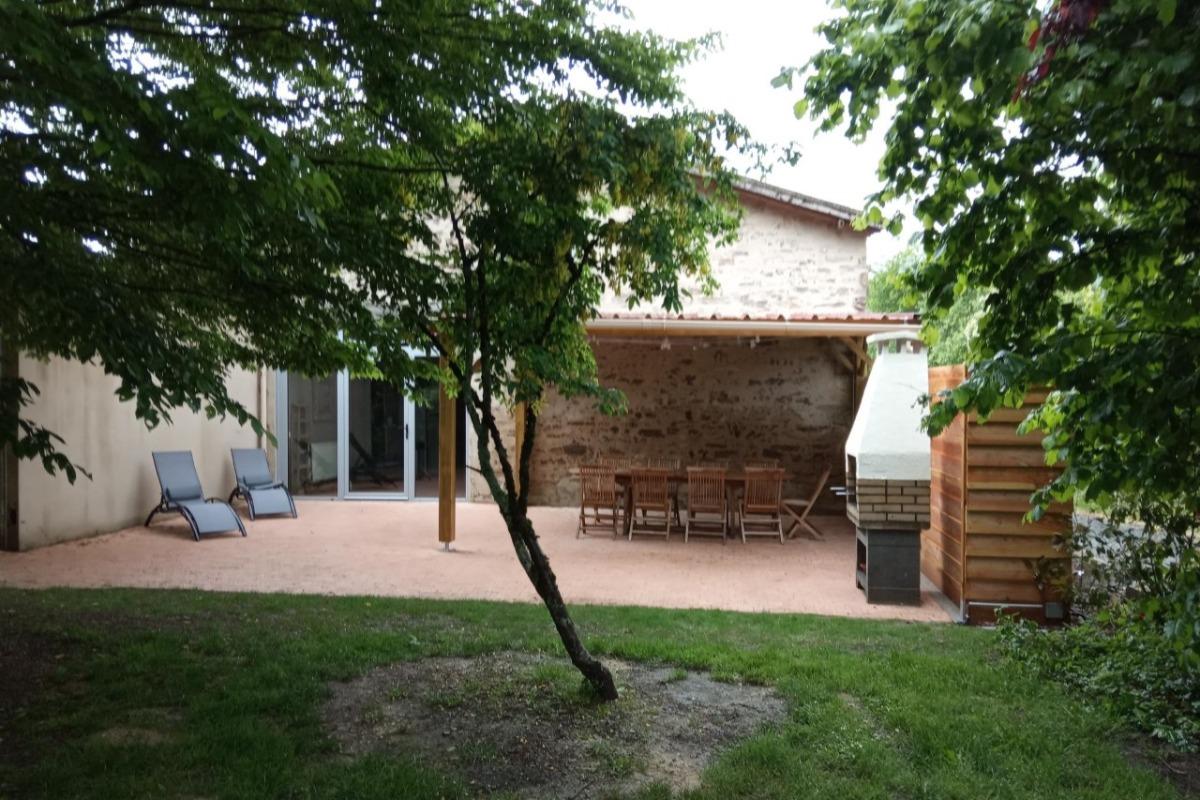 Jardin avec barbecue  - Location de vacances - Saint Martin Lars en Sainte Hermine